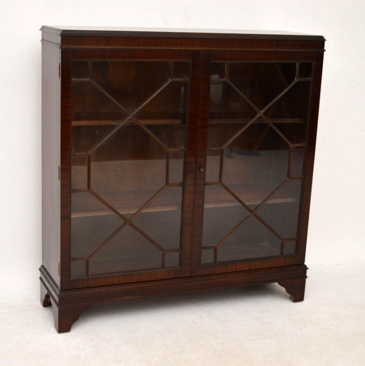 "Typisch georgianisches Bookcase ""Diamond Front"""