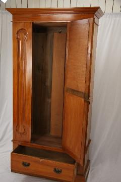 Garderobenschrank aus Seidennussbaum