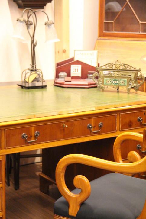 Schreibtisch  Eibe England Grüne Prägelederplatte
