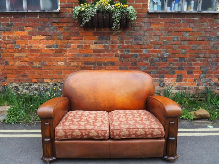 Schönes antikes Art Deco Leder und Wachstuch Sofa