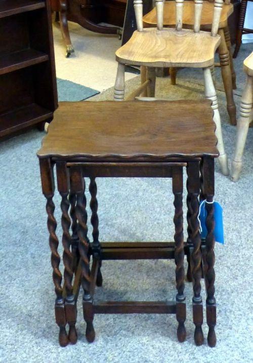 Original antikes Set aus drei Eichen Tischen / Beistelltischen