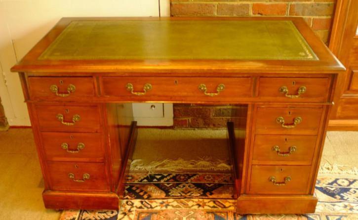 Viktorianischer massiver Podest-Schreibtisch aus goldenem Mahagoni von ca. 1900