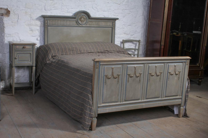 Wundervolles Original bemaltes, französisches Queen Size Bett mit Nachttisch und Stühlen, 1900