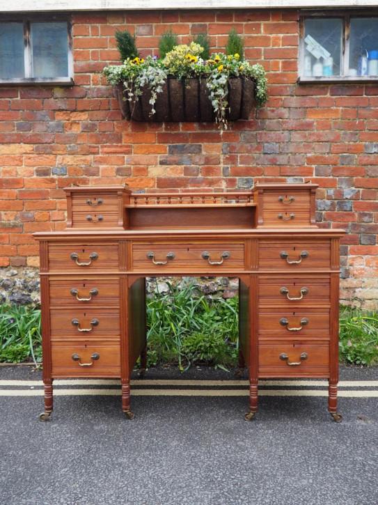 Maple & Co. Nussbaum Schreibtisch von ca. 1900