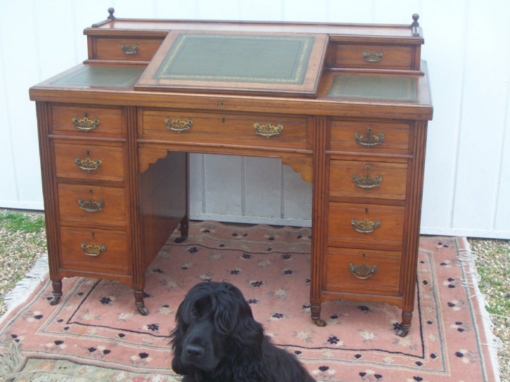 Viktorianischer Zwillingssockel Schreibtisch im Dickens Stil aus Nussbaum aus dem 19.JH