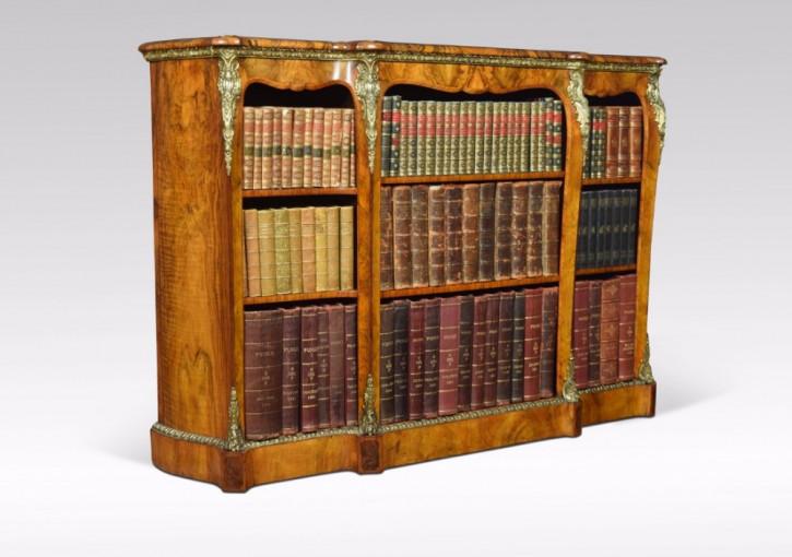 """""""Viktorianisches montiertes offenes Nussbaum Breakfront Bücherregal mit Ormolu Beschlägen"""" von ca. 1860"""
