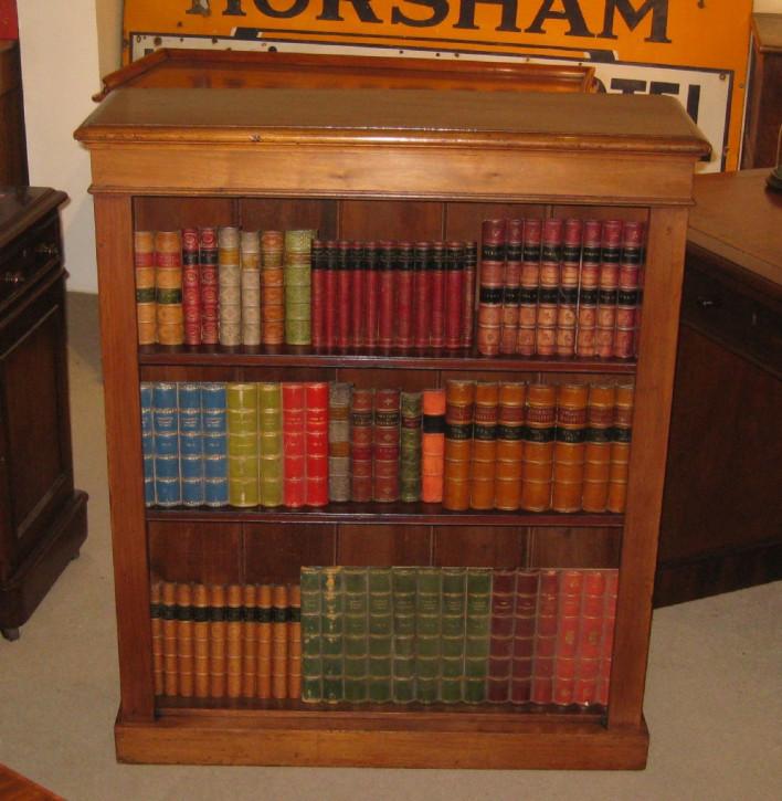 Antikes Englisches Originales spätviktorianischer Offener Bücherschrank aus Nussbaum von ca. 1900