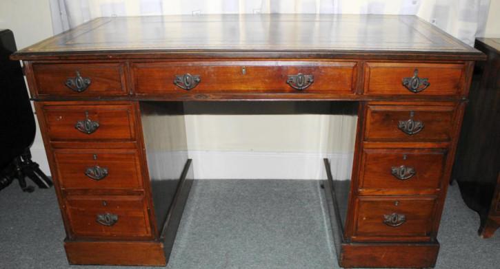 Antiker viktorianischer Nussbaum Schreibtisch englisch 1850