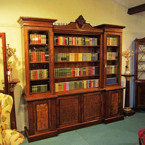 Antikes Original Viktorianisches Nussbaum Breakfront Bücherregal aus dem 19. JH