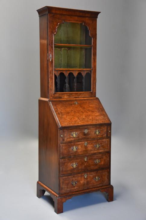 Feiner antiker kleiner Nussbaum Bücherschrank Sekretär Queen Anne 1920