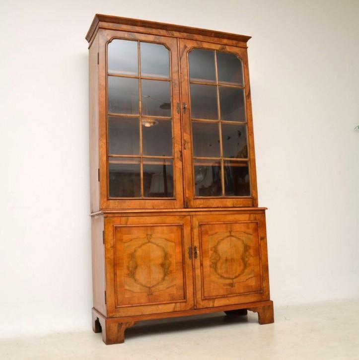 Englisches Antikes verglastes Nussbaum Bücherregal ca. 1880