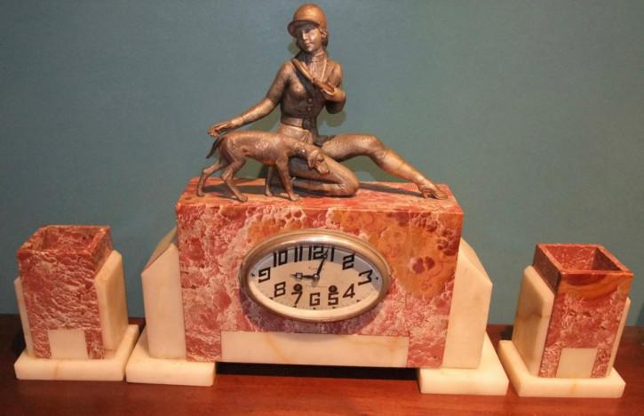"""Art Deco Kaminuhr Marmor Bronzefiguren """"Lady und Jagdhund"""" französisch antik 1930"""