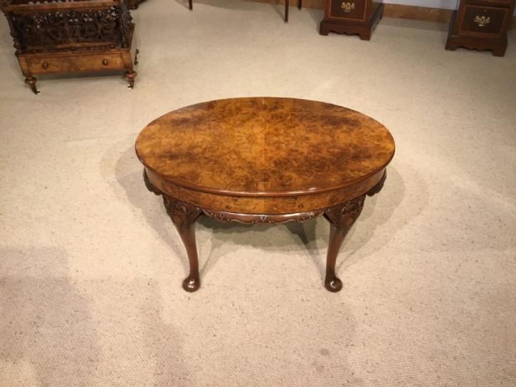 Englischer Antiker Grat Nussbaum Kleintisch ca. 1920