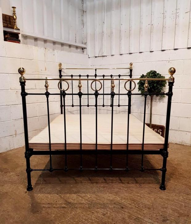 Viktorianisches Antikes Englisches Eisen und Messing Doppelbett ca. 1880