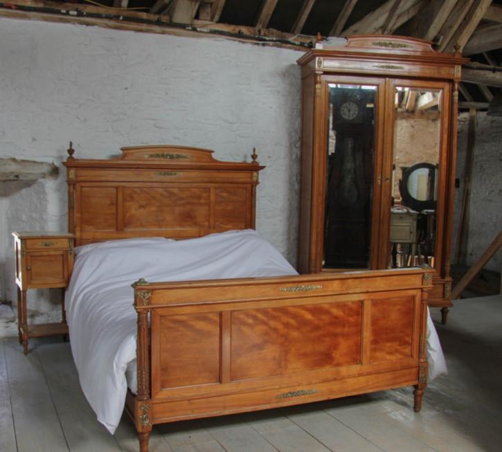 Französisches Kirschbaum Doppelbett Kingsize antik Schrank Nachttisch ca 1910