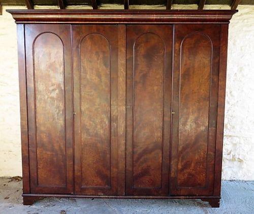 Englischer Kleiderschrank Mahagoni original antik ca 1830