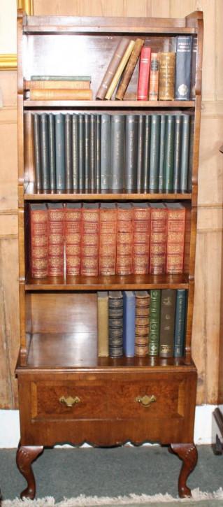 Antikes englisches Nussbaum Bücherregal ca 1930