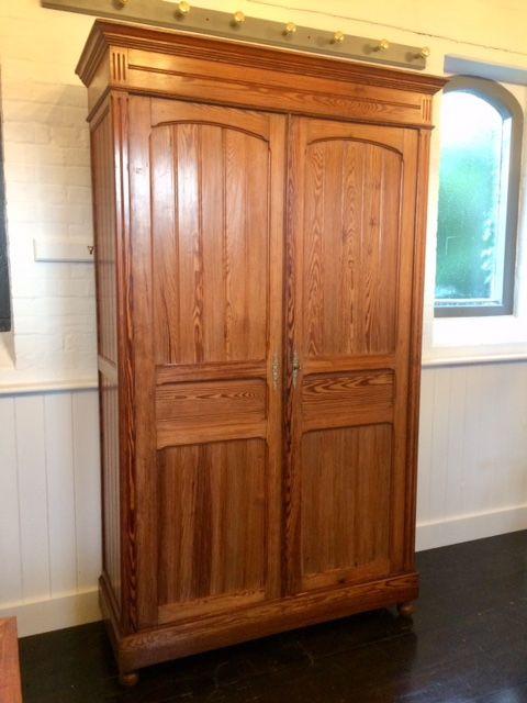 Antiker britischer Kiefern Kleiderschrank Weichholz Maple & Co 19. Jh