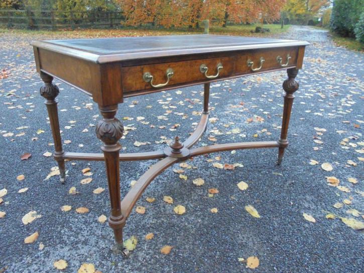 Antiker britischer Nussbaum Schreibtisch 19. Jh