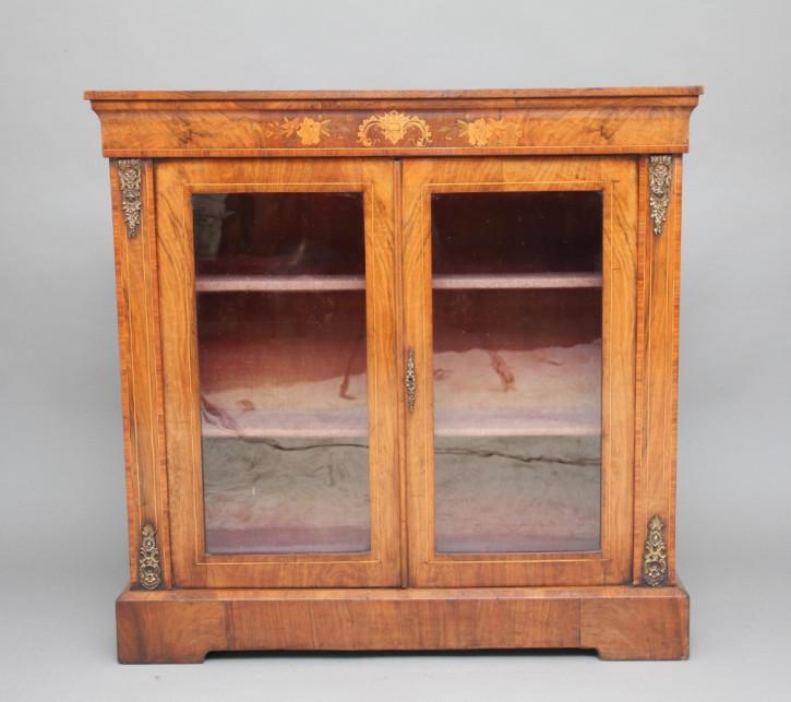 Antiker britischer Nussbaum Bücherschrank 1860