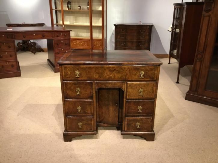 Antiker britischer Nussbaum Schreibtisch ca 1900
