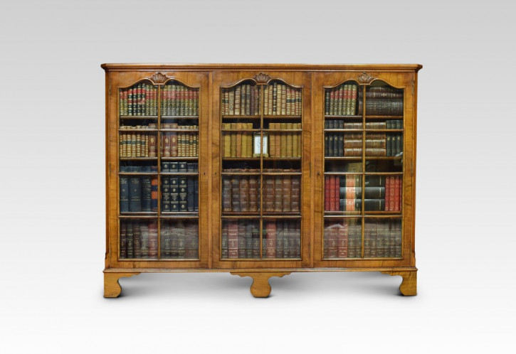 Englischer Antiker Nussbaum verglaster Bücherschrank ca. 1910