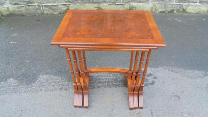 Antike britische Nussbaum Beistelltische ca 1920  Nest of tables