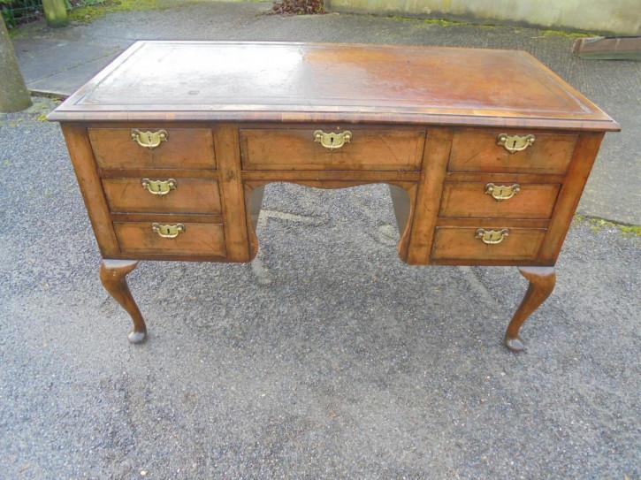 Antiker britischer Nussbaum Schreibtisch ca 19. Jh