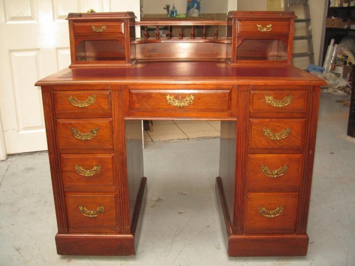 Antiker britischer Nussbaum Schreibtisch ca 1890