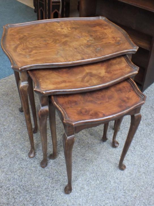 Antike britische Nussbaum Beistelltische Nest of Tables ca 1930