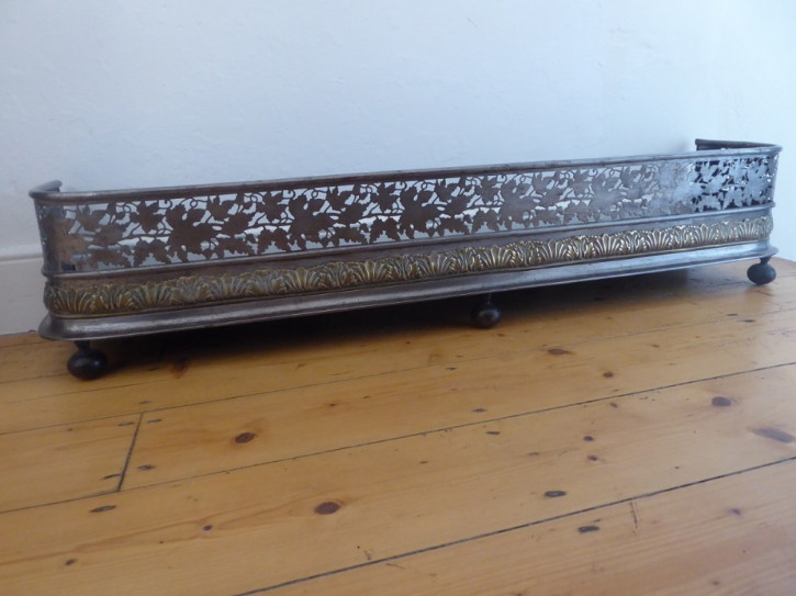 Stahl Fender im Regency Stil