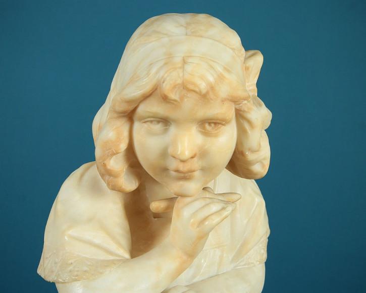 Antike italienische Alabasterbüste eines schreibenden Mädchens, um 1920.