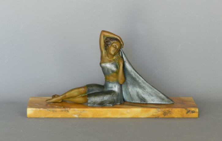 Antike Art Deco -Figur einer Dame mit Umhang. 1930,Frankreich.