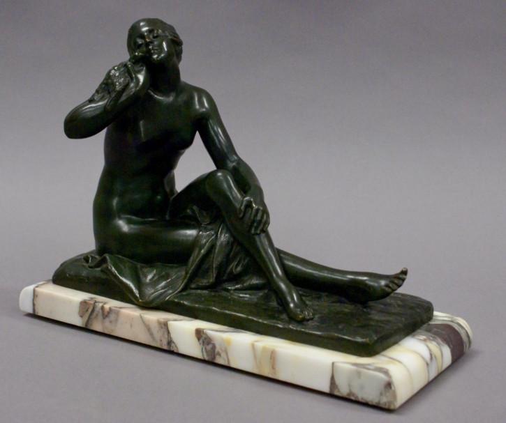 Französisch Antik Art Deco Grüne Bronze Guss Figur Frau die einen Vogel hält, von Suzanne Bizard ca. 1930