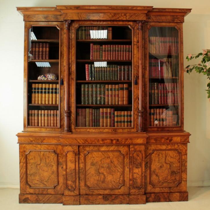 antikes Grat Nussbaum breakfront Bücherregal