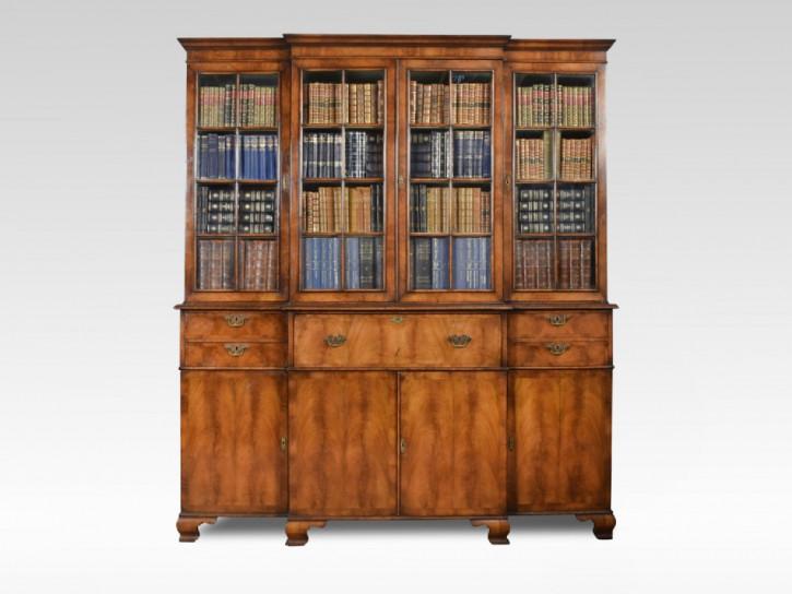 Revival Bücherschrank aus Walnuss, Queen Anne Stil