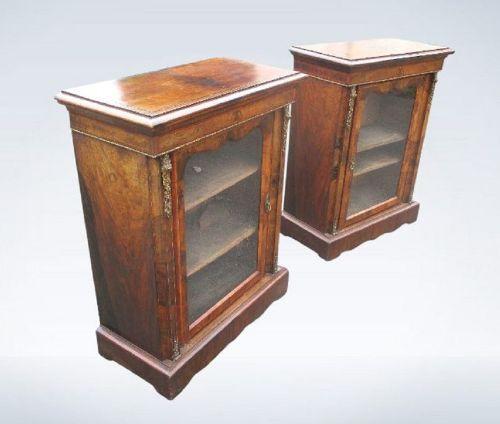 Paar Walnussholz Vitrinen mit Satinholzschnüren antik ca. 1880