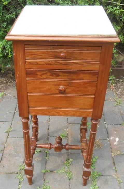 Antiker Nussbaumnachttisch mit edler Marmoroberfläche , um 1900