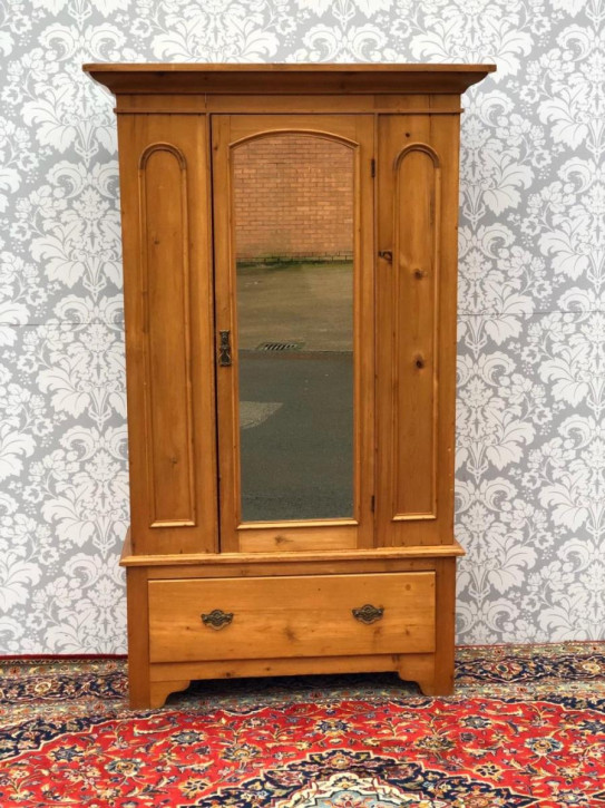 Antiker original viktorianischer  Kleiderschrank mit Spiegeltür