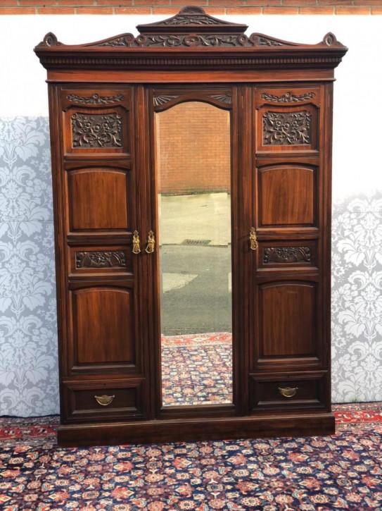 Antiker viktorianischer geschnitzter Mahagonikleiderschrank , Triple Wardrobe, mit Spiegeltür
