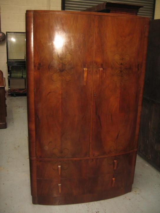 Antiker Bow Front Walnusskleiderschrank, aus 1930