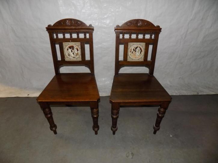Antikes Paar viktorianischer Eichenstühle mit Keramikfliese aus 1880