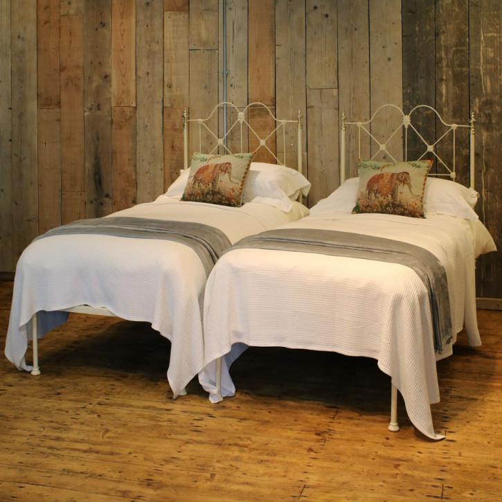 2 antike viktorianische Platform Betten in Creme von 1900