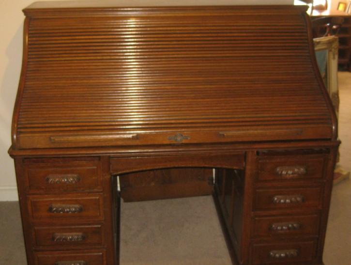 Großer  Rolltop-Schreibtisch aus massiver edwardianischer Eiche in \'s\'-Formca. 1910