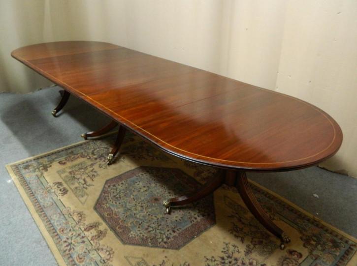 Großer ausziehbarer Esstisch aus Mahagoni