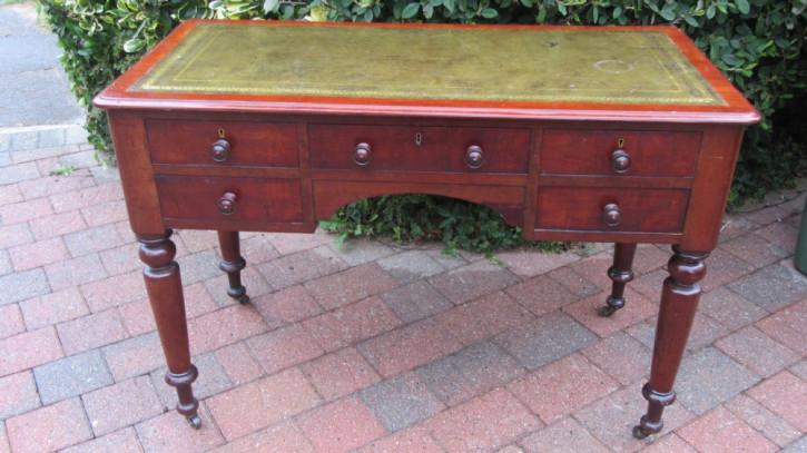 Antiker viktorianischer Schreibtisch aus Mahagoni