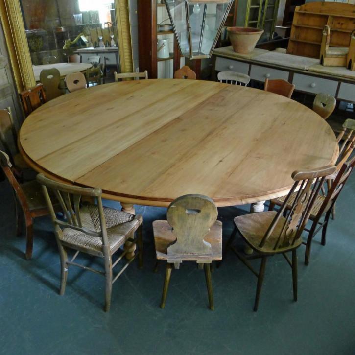 Sehr großer runder Esstisch aus Mahagoni auf acht gedrehten Füßen.