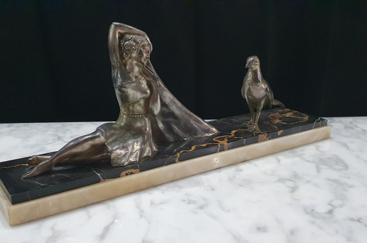 Französische Art-Deco-Skulptur auf Portoro-Marmor & Onyx-Sockel