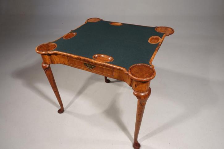 Premium! Antiker Spieltisch aus Nussbaumholz Massivholz 1720