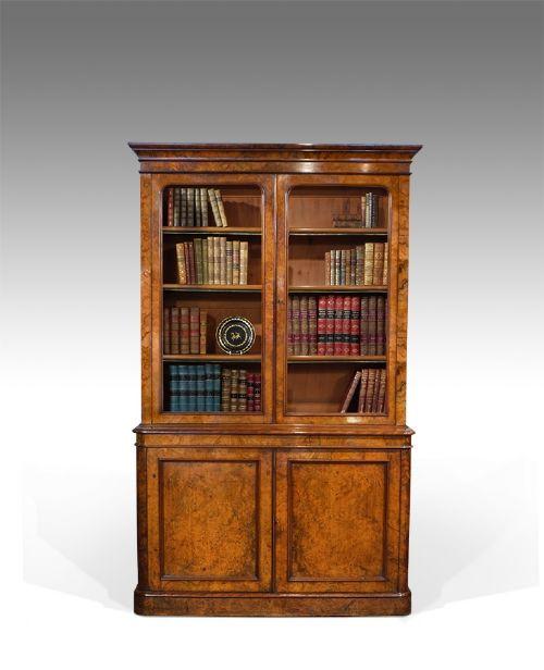 Antikes Walnuss Bücherregal aus dem 19. Jahrhundert